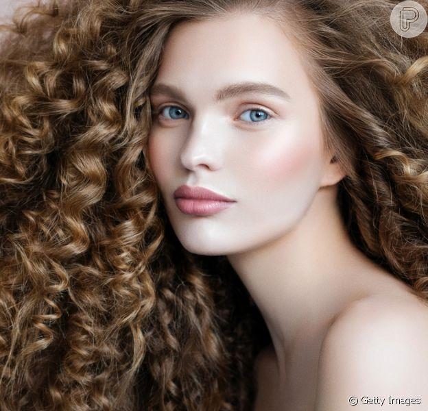 Como cachear cabelo liso: confira dicas e passo a passo